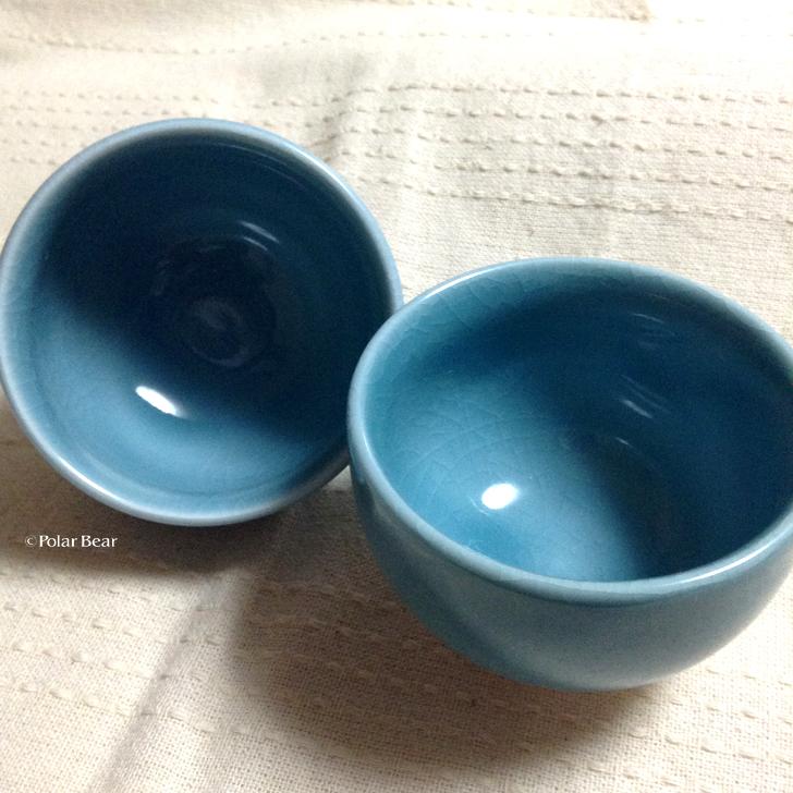 きれいな青色の湯飲み茶碗